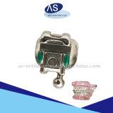 Los dientes de alta calidad propia de ortodoncia ligar las escuadras con todos los ganchos