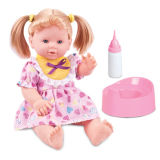 La muchacha juega la muñeca de la manera con la carretilla (H0318237)