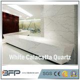 De witte Plakken van het Kwarts voor Ijdelheid bedekt de Tegels van de Badkamers van de Tegels van de Vloer