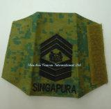 어깨에 군 자수 계급 상징 또는 기장
