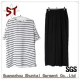 方法黒いズボンが付いている簡単で短いTシャツのスーツ