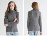Il maglione di lavoro a maglia in nervature piene con gira indietro il collo