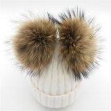 POMの耳を搭載する動物のフードの帽子は冬の帽子をはためかすか、またはからかう