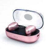 Zwillinge richten drahtlosen Bluetooth Kopfhörer mit Ladung-Fall aus