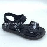 Il ragazzo sveglio di disegni scherza le calzature esterne dei sandali dei pistoni (FCL1116-009+1)