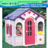 إمرأة يوم هبة يمزح بلاستيك لعب منزل لأنّ يحرّر ([م11-09506])