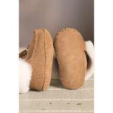 方法柔らかい羊皮の赤ん坊の利得の靴