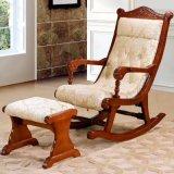 木製のロッキングチェアが付いている居間の家具