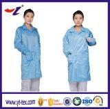 La mujer azul traje limpio ESD antiestática