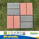 Um deck de laranja em mosaico composto de plástico Madeira exterior piso de pequena instalação fácil