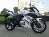 Motociclo molto poco costoso che corre vestito