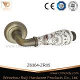 Aleación de zinc de cerámica blanca empuñaduras de puerta de la palanca de madera (Z024-ZR05).