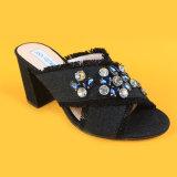 Тапочки джинсовой ткани женщин голубым накрененные крестом с диамантами