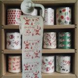 メリークリスマスの洗面所は休日によって印刷されるトイレットペーパーのトイレットペーパーを拭く
