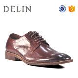 OEMの工場は人のための革服靴をひもで締める