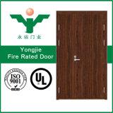 Portello di legno della porta antincendio della villa di legno esterna dell'hotel con il certificato