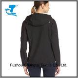 Activo de la mujer con capucha chaqueta Softshell