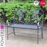 旧式で黒いFoldable鉄の庭のベンチ