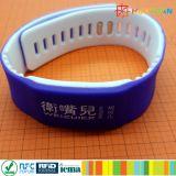 ISO 14443A耐久のスマートなNTAG 213 RFIDの柔らかいシリコーン二重カラーリスト・ストラップ