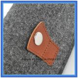 カスタマイズされたウールのフェルトのギフトの札入れ袋、ボタンが付いているシンプルな設計の昇進のエンベロプの形の財布袋