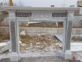 Marmo bianco che intaglia i bordi di pietra naturali dell'oggetto d'antiquariato delle mensole del camino dell'interno del camino