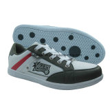 新しい人のスニーカー、運動靴、スケートボードの靴、屋外の靴