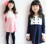 Sprung-Mädchen bereiten langes Sheeve Kleid vor
