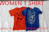 Le signore dei vestiti dell'usato mettono la maglietta in cortocircuito del manicotto per Europa