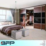 옷장을 미끄러지기를 가진 옷장에 있는 현대 침실 가구 도보
