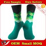 El hombre calcetines de colores personalizados