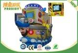 Малыши эксплуатируемые монеткой участвуя в гонке машина видеоигры для супермаркета