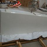 光っている白い台所は楽にされた端の水晶カウンタートップの割引を薄板にした