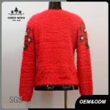 Le donne adattano il maglione rosso del pullover del manicotto della flora