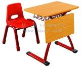 幼稚園は腰掛けの椅子をからかう