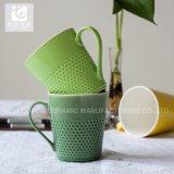 11ozによってカスタマイズされたカラーは浮彫りにされたデザインの陶磁器のコーヒーカップを艶をかけた