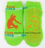 De aangepaste Katoenen AntislipSporten die van de Trampoline Sokken springen