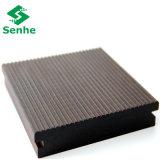 Suelo de bambú al aire libre del color oscuro con el bambú tejido hilo