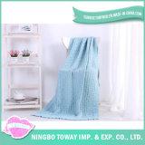 アクリルヤーンによって編まれる青い子供熱旅行屋外毛布
