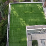Gramado sintético usado para ajardinar do jardim
