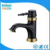 Couleur noire avec le robinet d'or de mélangeur de bassin