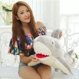 Le grand requin créateur bon marché joue des animaux de peluche pour l'anniversaire