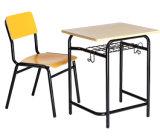 Mesa da sala de aula do estudante com a cadeira da mobília de escola
