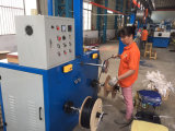 Alambre a estrenar del cable de la base que envuelve la máquina que enrolla