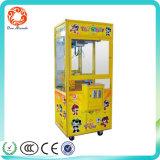 A máquina barata do guindaste da chave dourada do preço brinca o jogo da arcada da garra para a venda