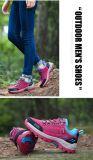 Les jeunes hommes de la mode des chaussures de sport