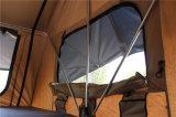 車のキャンプの屋根の上のテントのトレーラーのキャンバス