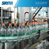 Бутылка минеральной вода делая машину в машинном оборудовании