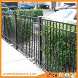 平屋建家屋の粉によって塗られる電流を通された住宅の庭の塀