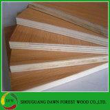 El color de grano de madera y melamina color sólido frente la madera contrachapada