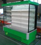 使用されるスーパーマーケットはヨーグルトのショーケースの開いた前部クーラーのプラグを差し込む